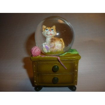 http://www.marikaelen.fr/1132-thickbox_atch/boule-a-neige-chat-sur-commode.jpg